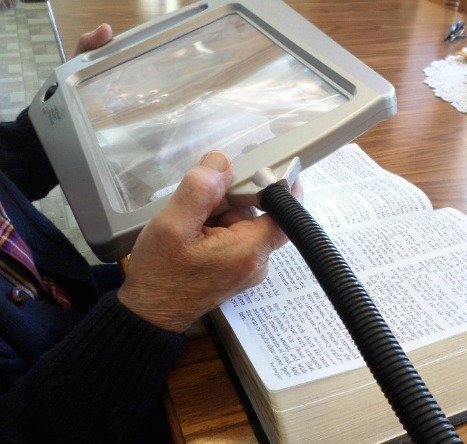 book magnifier using magnifying floor lamp